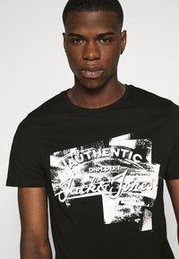 Jack & Jones - JJDEN TEE CREW NECK - Print T-shirt - black - 4