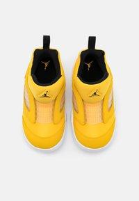 Jordan - 5 RETRO LITTLE FLEX UNISEX - Basketball shoes - black/white - 3