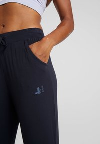 Curare Yogawear - CAPRI PANTS RELAXED - 3/4 sportsbukser - midnight blue - 3