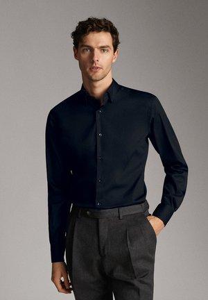MIT OTTOMANSTRUKTUR - Formal shirt - blue-black denim