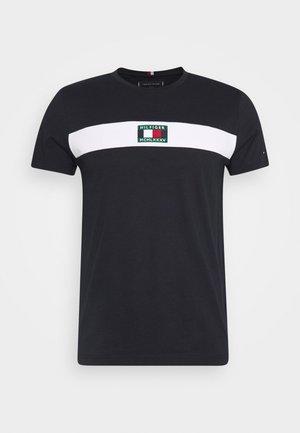 NEW SMALL LOGO TEE - Print T-shirt - desert sky
