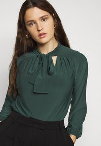 Evans - PUSSYBOW - Long sleeved top - green - 5