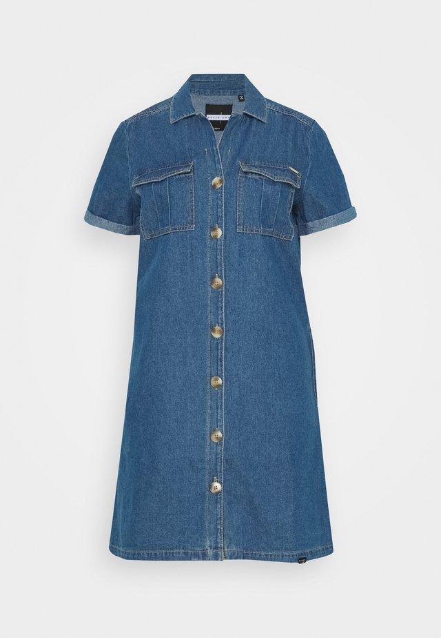KAYA UTILITY DRESS - Denimové šaty - denim indigo dark mid