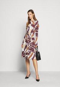 Bally - PRINTED DRESS - Sukienka z dżerseju - white/brown - 1