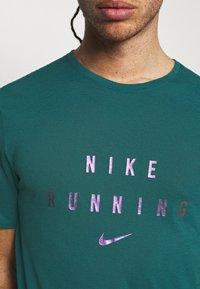 Nike Performance - RUNNING DIVISION MILER - Printtipaita - dark teal green - 4