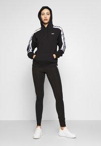 Fila Tall - TAVORAHOODY - Bluza z kapturem - black/bright white - 1