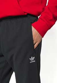 adidas Originals - ESSENTIAL - Pantalon de survêtement - black - 4