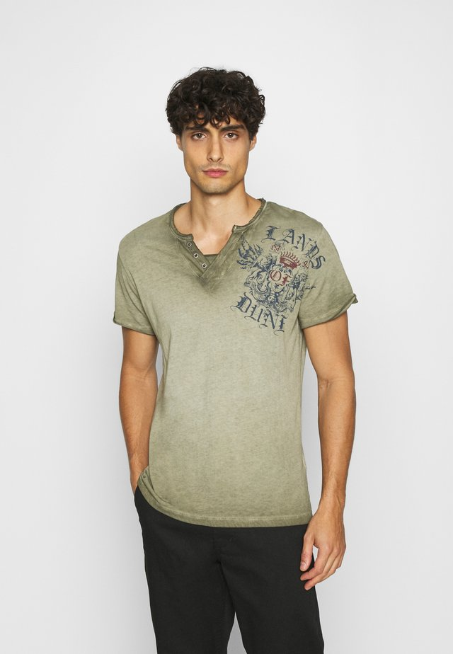 RIDING BUTTON - T-shirts med print -  green