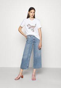 Coach - WOMENS PATCHWORK REXY TEE - Print T-shirt - optic white - 1