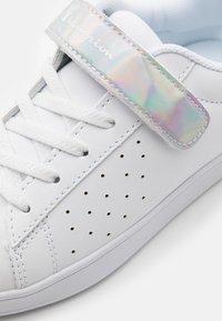 Champion - LOW CUT SHOE ALEXIA UNISEX - Sports shoes - white - 5