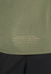 Nike Performance - RISE TRAIL - Camiseta estampada - medium olive/barely volt - 5