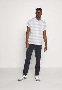 Tommy Jeans - HEATHER STRIPE TEE - T-shirt z nadrukiem - white - 1