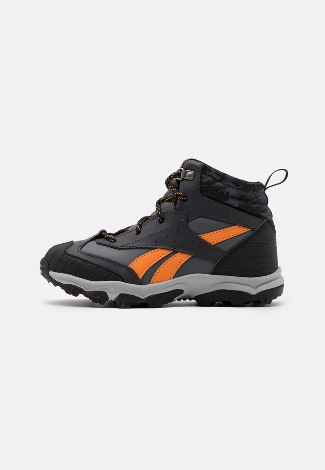 RUGGED RUNNER MID UNISEX - Obuwie do biegania Szlak - cold grey/black/bright orange