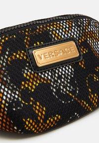Versace - MARSUPIO TARGHETTA ST BAROCCO UNISEX - Bum bag - nero/oro/bianco - 3