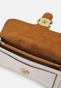 Coach - BEADCHAIN TABBY SHOULDER - Handbag - chalk - 4