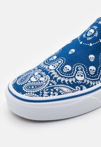 Vans - CLASSIC SLIP-ON UNISEX - Slip-ons - true blue/true white - 5