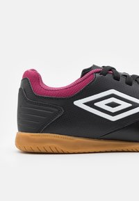 Umbro - TOCCO CLUB IC - Indoor football boots - black/white/raspberry radiance/pink peacock - 5