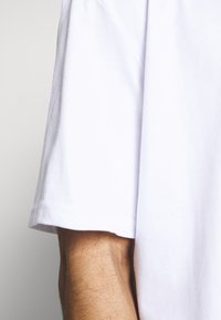 Karl Kani - RETRO TEE UNISEX  - Print T-shirt - white - 4