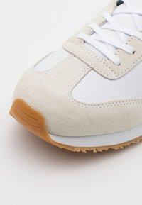 Tommy Hilfiger - MIX RUNNER STRIPES - Zapatillas - white - 5
