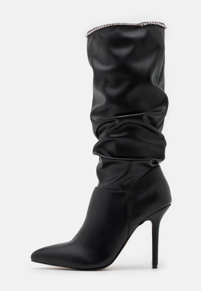 SHORE - Kozačky na vysokém podpatku - black