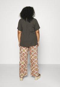 Zizzi - VVIVU BLOUSE - Print T-shirt - khaki - 2