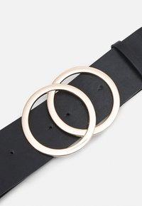 Pieces - PCKAREN WAIST BELT - Waist belt - black/gold - 2