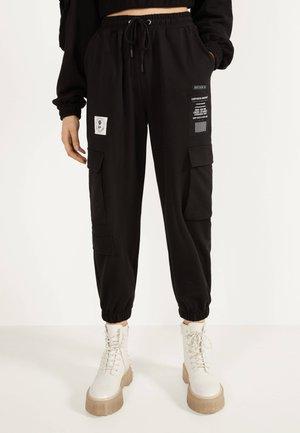 IM CARGOSTIL AUS PLÜSCHGEWEBE  - Pantaloni sportivi - black