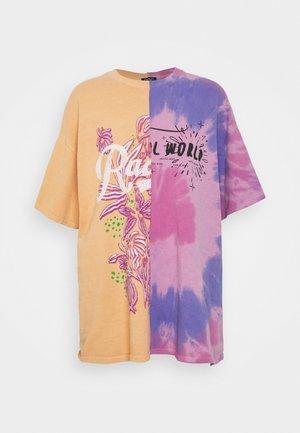 SPLICED TIE DYE DAD TEE - T-shirt med print - pink