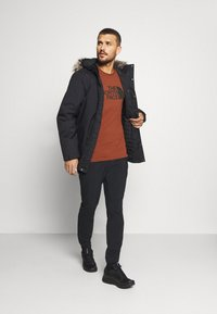 The North Face - M S/S EASY TEE - EU - T-shirt med print - brandy brown - 1