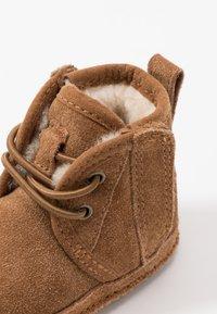 UGG - BABY NEUMEL & BEANIE SET - Baby gifts - chestnut - 2