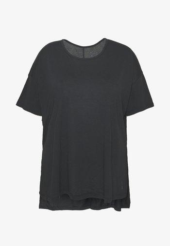 YOGA LAYER PLUS - T-shirts - black/ smoke grey