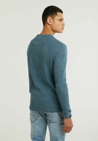 CHASIN' - FIBRE - Long sleeved top - blue