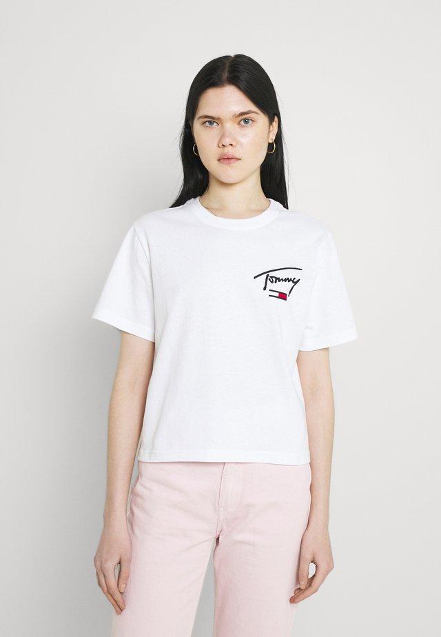 COLLEGIATE BACK LOGO TEE - T-shirt print - white