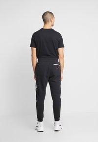 Nike Sportswear - M NSW NIKE AIR PANT FLC - Træningsbukser - black/university red - 3