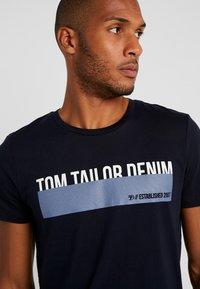 TOM TAILOR DENIM - Triko spotiskem - sky captain blue - 4