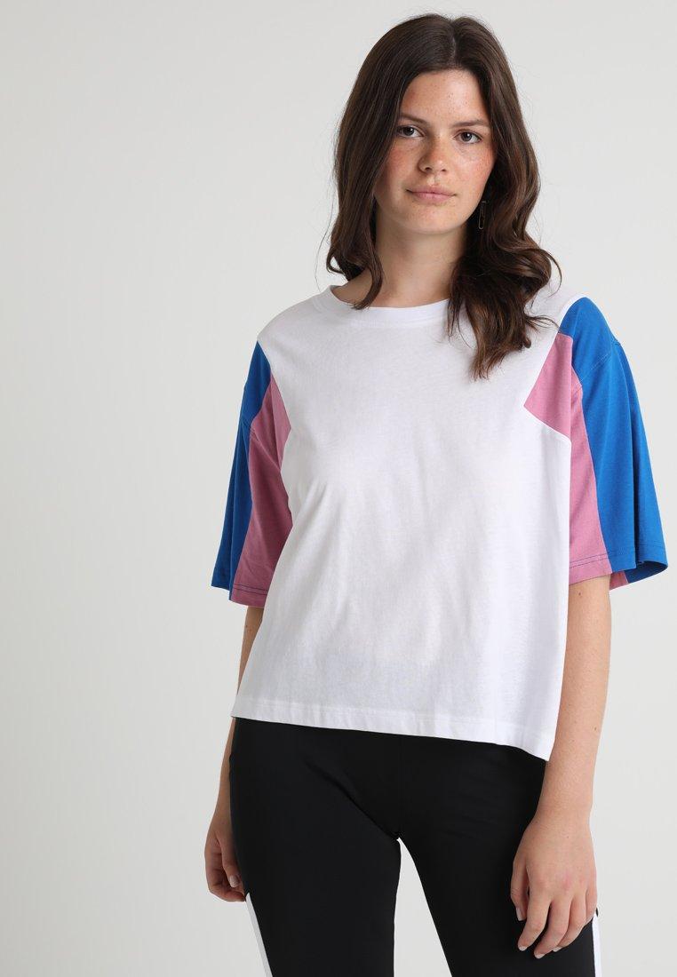 Urban Classics Curvy - 3-TONE SHORT - T-shirt print - white/brightblue/coolpink