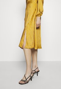 Progetto Quid - DRESS - Day dress - gold - 4