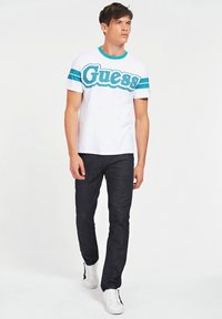 Guess - BARS TEE - Print T-shirt - weiß - 1