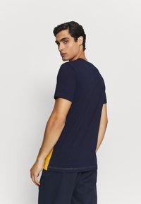 Lacoste - Print T-shirt - marine/guepe/blanc - 2