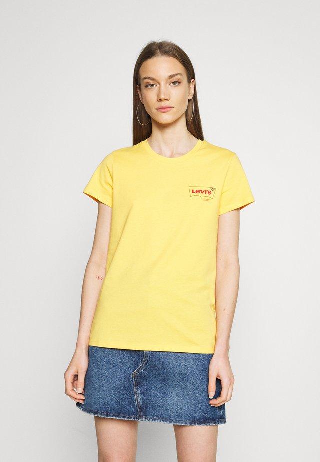 DAY TEE - Print T-shirt - kumquat
