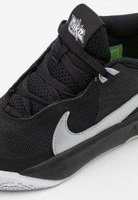 Nike Performance - TEAM HUSTLE D 10 UNISEX - Basketball shoes - black/metallic silver/volt/white - 5
