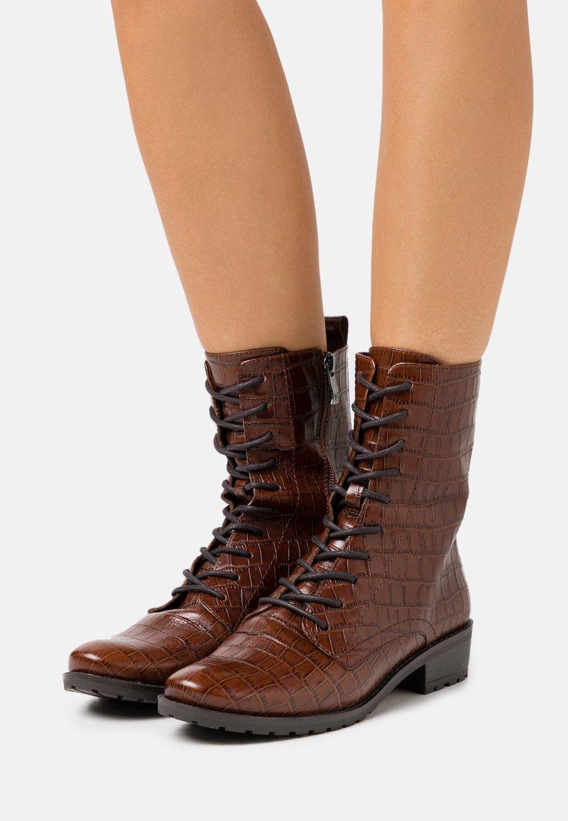 Caprice - BOOTS - Šněrovací kotníkové boty - cognac