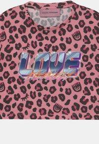 CHIARA FERRAGNI - LEOPARD CROP - Print T-shirt - pink - 2