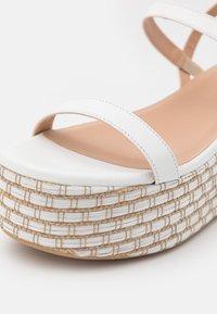 Patrizia Pepe - Sandály na platformě - white/beige - 6