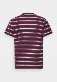 Tommy Jeans - STRIPE TAB TEE - T-shirt z nadrukiem - twilight navy - 4