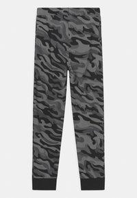 Converse - CAMO KNEE PATCH - Pantaloni sportivi - black - 1