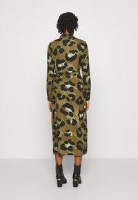 Vero Moda - VMGREETA DRESS - Košilové šaty - beech/greeta - 2