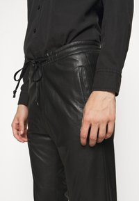 DRYKORN - JEGER - Trousers - schwarz - 4