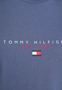Tommy Hilfiger - ESSENTIAL - T-shirt z nadrukiem - faded indigo - 5