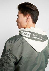 Alpha Industries - HOOD CUSTOM - Chaquetas bomber - vintage green - 4